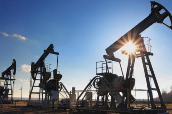 Giá xăng dầu hôm nay 7/1: Tăng mạnh, sắp chạm ngưỡng 70 USD/thùng