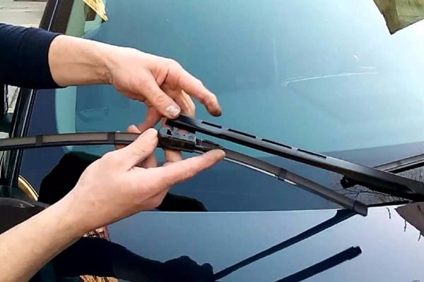 Thay cần gạt nước xe ô tô như thế nào cho đúng?