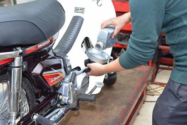 Hướng dẫn cách thay dầu nhớt xe máy tại nhà